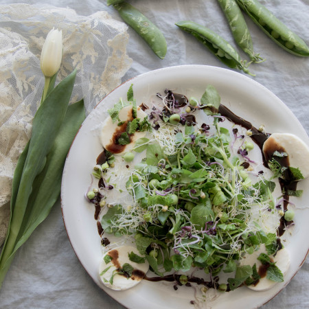 Frühlingssalat mit frischen Erbsen und Minze an Granatapfeldressing