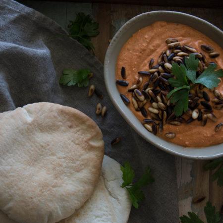 schmeckt wunderbar als Dip mit Pita oder Brot: Tomaten-Peperoni-Tomaten Crème mit  gerösteten Pinienkernen