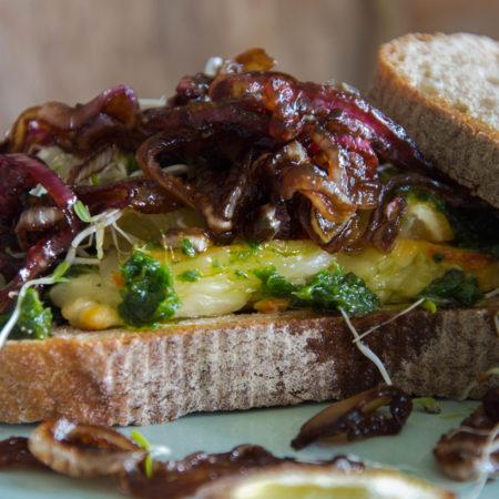 Halloumi Sandwich mit glasierten Zwiebeln und Korianderpesto