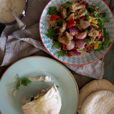 Pita mit orientalischem Poulet, Tahina und scharfem Kräuterpesto