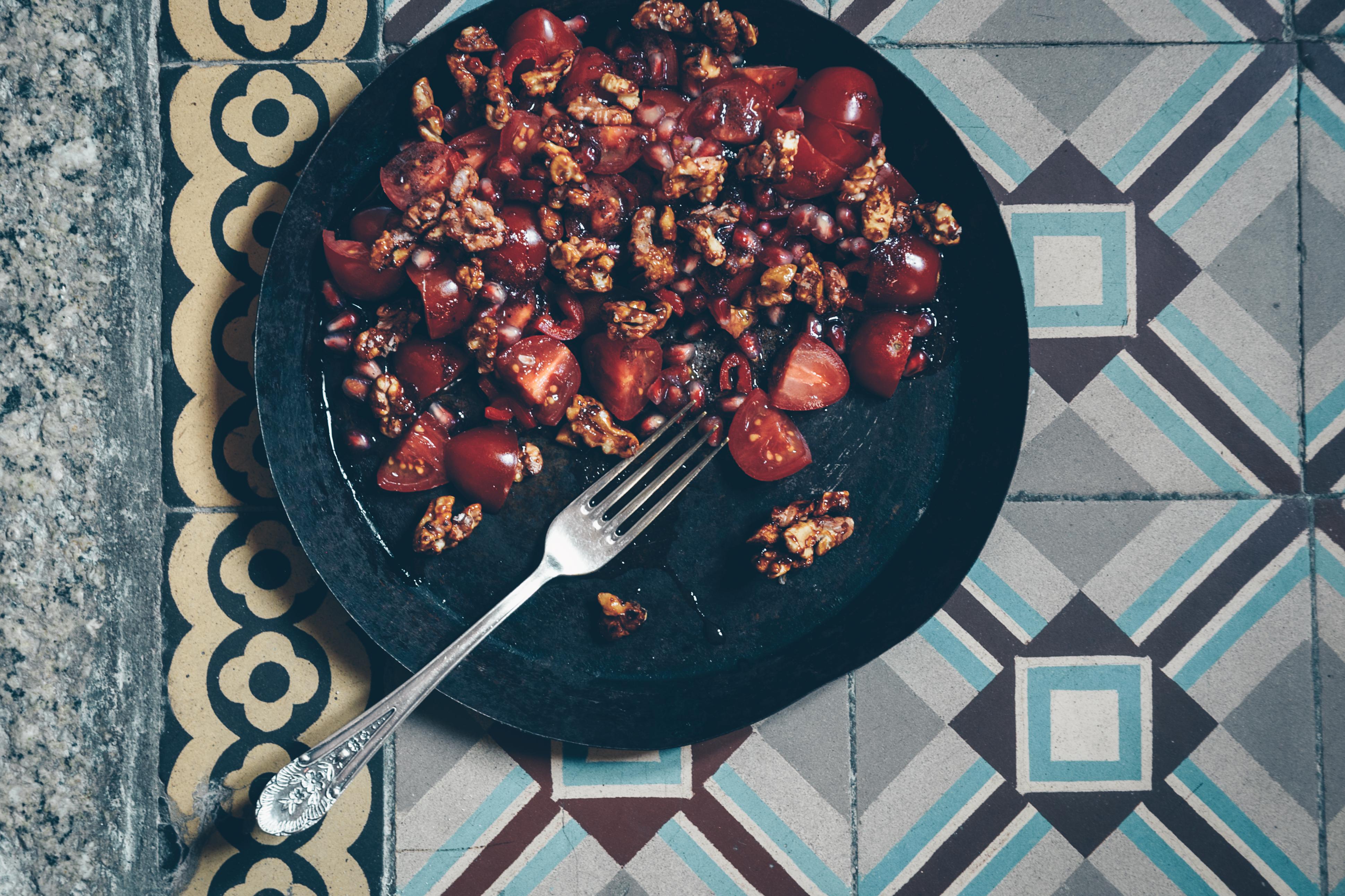 Tomatensalat mit Granatapfel und karamellisierten Baumnüssen an einem orientalischen Sumak-Dressing - Limon Rimon